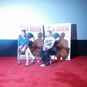Interno cinema con Ambra Angiolini intervistata dallo speaker radiofonico Devis Maidò