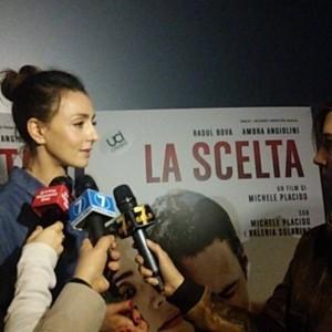 Interno cinema Ambra intervistata dai giornalisti