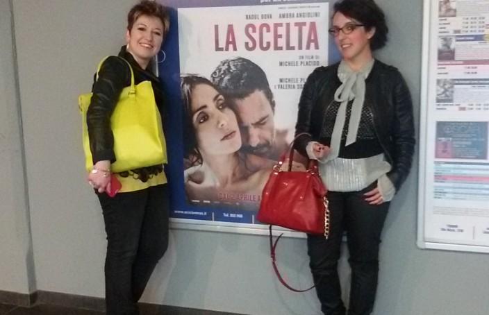 Interno sera: con Carla all'anteprima del film La scelta, vicino al cartellone promo