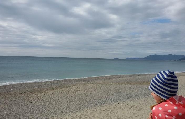 La bambina Carlotta guarda il mare di Pietra Ligure