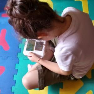 bambina che gioca al Nintendo DS