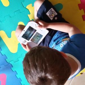 bambino che gioca al Nintendo DS