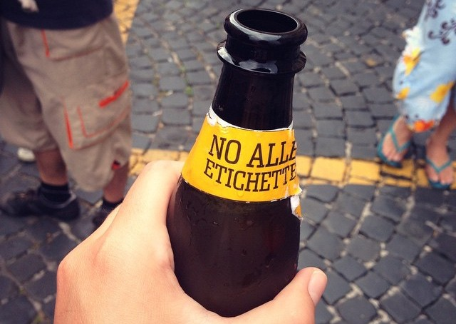 bottiglia ceres con scritta no alle etichette per il gay pride di roma 2015