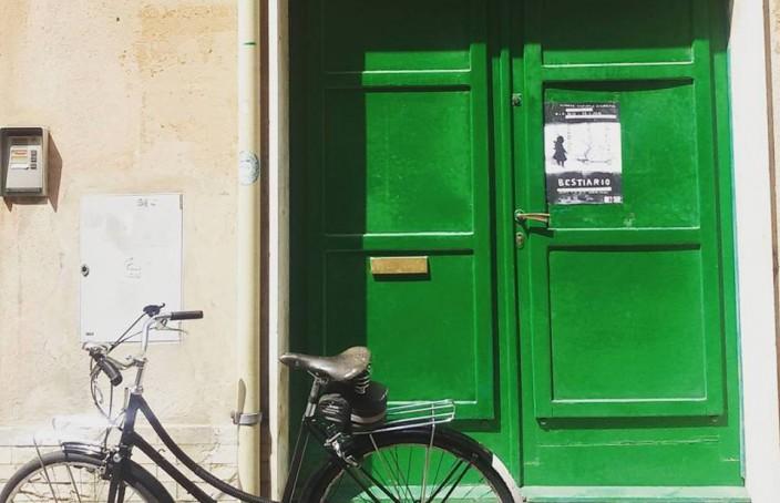 bicicletta davanti alla galleria di Giuliana Marchesa ad Albissola Marina