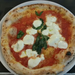 Lunch with my close friend Ornella @fresco&cimmino Milano in via Foscolo. Margherita with mozzarella di bufala